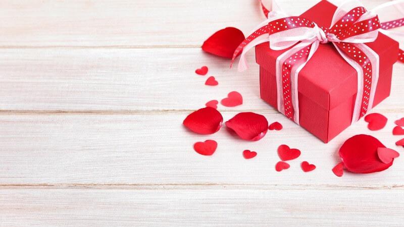 Что подарить девушке на годовщину отношений