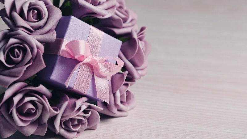 Что подарить жене на День матери