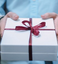 Что подарить на именины женщине