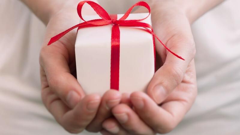 Что подарить подруге на память о себе